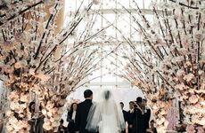 Свадьба <i>украсить вазу на свадьбу</i> среди деревьев