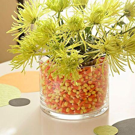 Ваза с цветами и кукурузными зернами