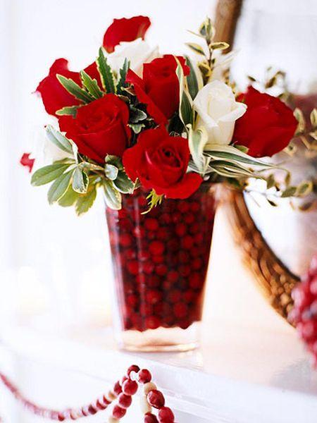Ваза с розами и клюквой