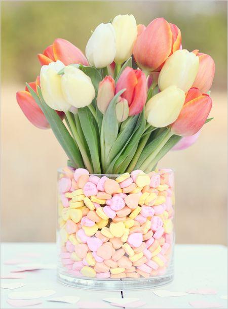 Ваза с цветами и конфетами